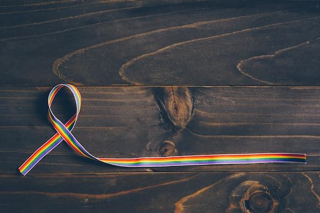 Consapevolezza del nastro arcobaleno per il concetto lgbt su fondo in legno.