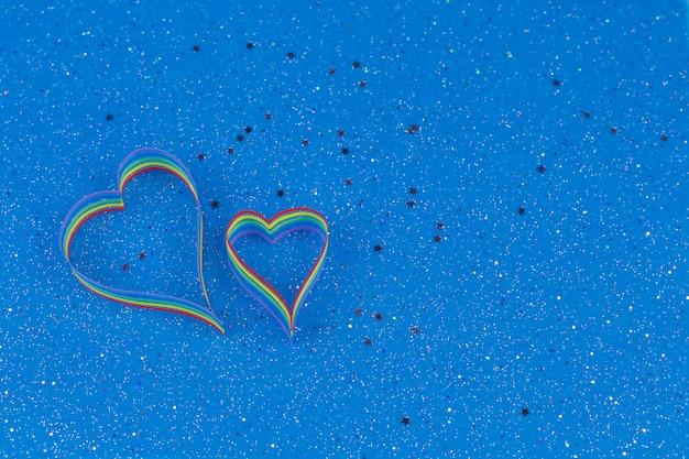 Consapevolezza del nastro arcobaleno per la comunità lgbt a forma di cuore