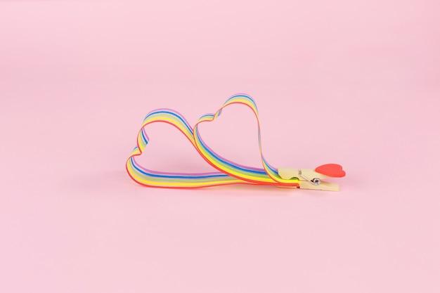 Consapevolezza del nastro arcobaleno per la comunità lgbt sul rosa
