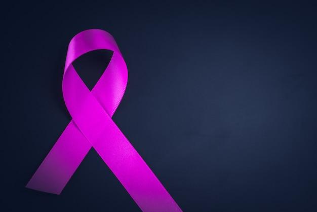 Consapevolezza del nastro viola su sfondo nero per la giornata mondiale del cancro