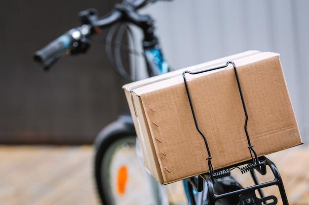 Consegna a domicilio pandemica di alimenti in bicicletta. distanza sociale per il rischio di infezione