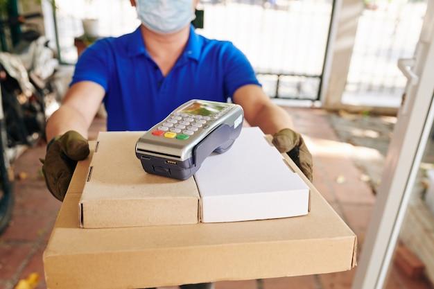 Consegna dando pizza e terminale di pagamento