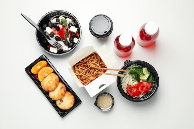 Consegna del cibo. cibo in scatole da asporto su sfondo bianco