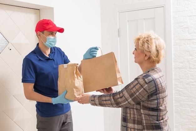 Consegna del cibo dal ristorante durante l'epidemia