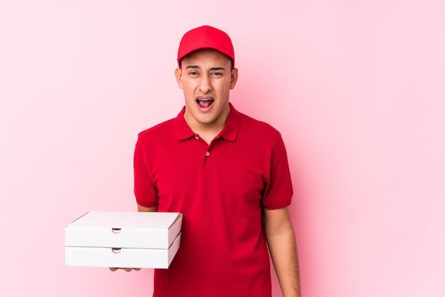 Consegna della pizza giovane uomo latino urlando molto arrabbiato e aggressivo.