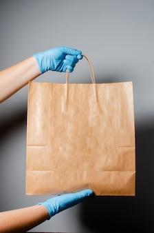 Consegna di cibo online durante l'epidemia di covid 19.