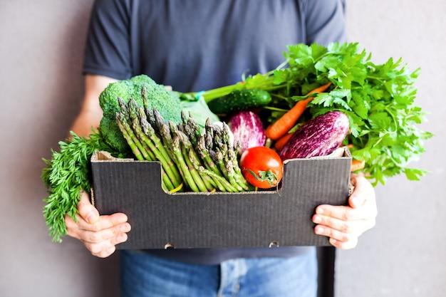 Consegna di verdure e verdure biologiche fresche