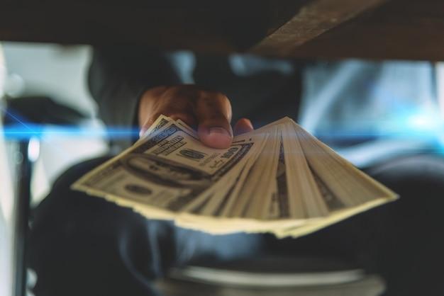 Consegnare a mano i soldi della tangente agli altri nel truffare la corruzione degli uomini d'affari a danno di esp