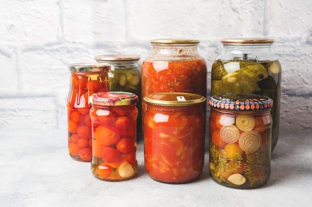 Conservazione delle verdure nelle banche prodotti di fermentazione raccolta di cetrioli e pomodori