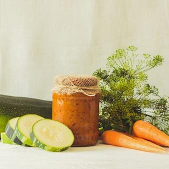Conserve fermentate conservate varie verdure zucchine carote in barattoli di vetro sul tavolo conserve alimentari.