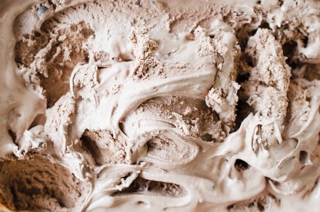 Consistenza del gelato al cioccolato fondente. sfondo marrone