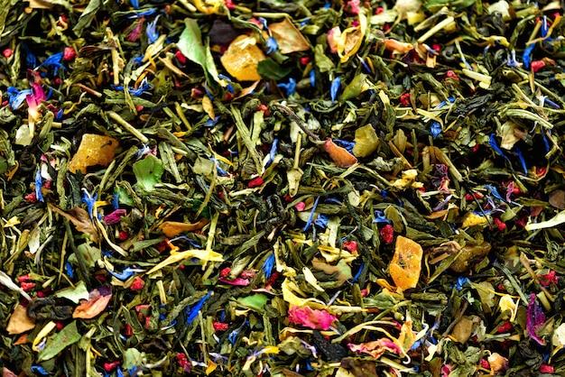 Consistenza del tè verde con petali secchi di fiori blu, calendula, fiordaliso. cibo. foglie di erbe biologiche sane, tè disintossicante.