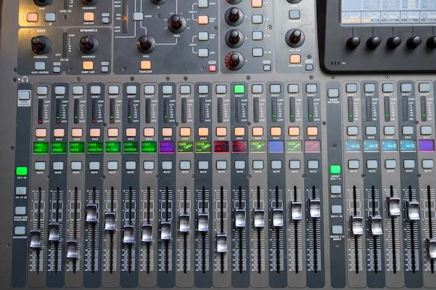 Console di missaggio per il suono