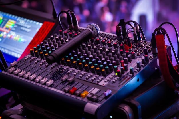 Console di missaggio professionale ad un concerto. telecomando per tecnico del suono.