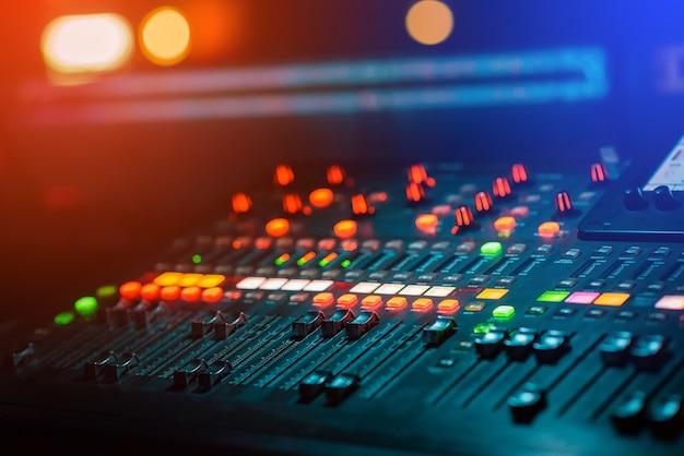 Console di mixaggio dj music con luce bokeh