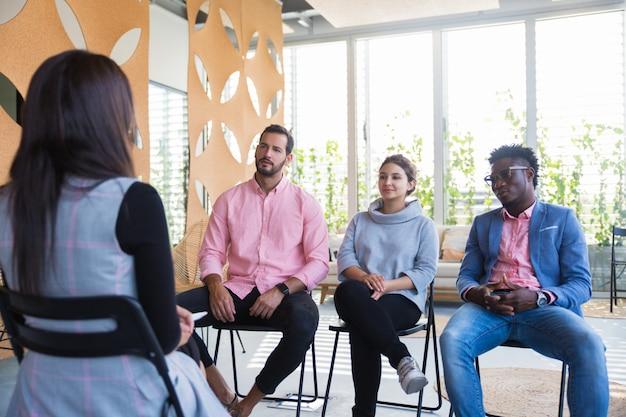Consulente aziendale che condivide conoscenze con un gruppo di colleghi