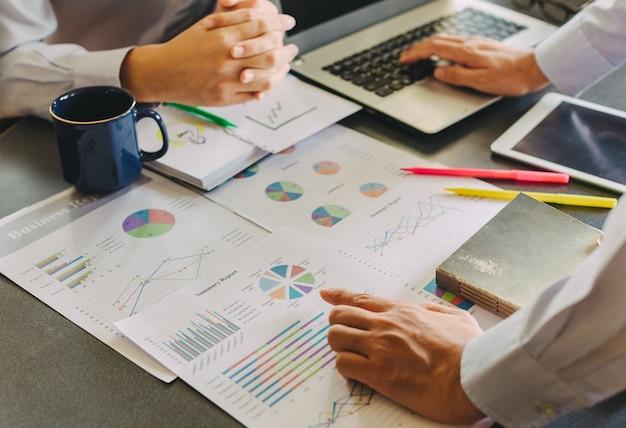 Consulente di investimento dell'uomo d'affari che analizza il rapporto di bilancio finanziario della società con il documento