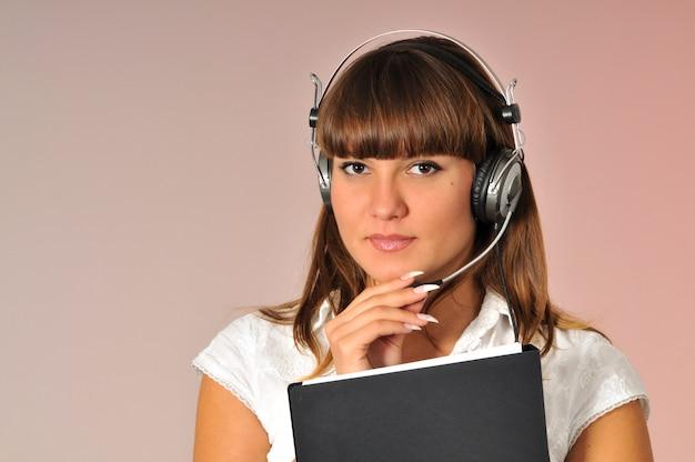 Consulente femminile con cuffie in testa