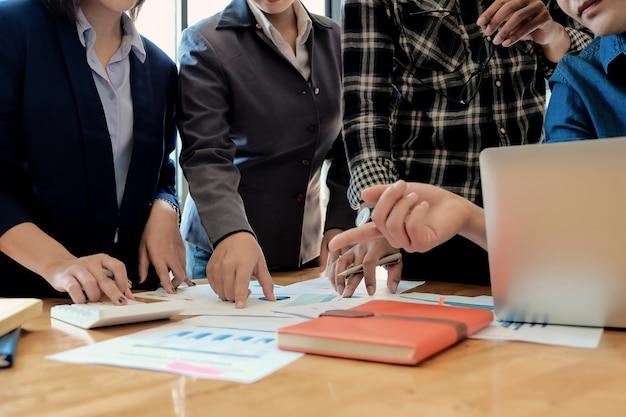Consulente finanziario, contabile, consulente per gli investimenti con il suo team in ufficio. concetto di riunione di lavoro di squadra