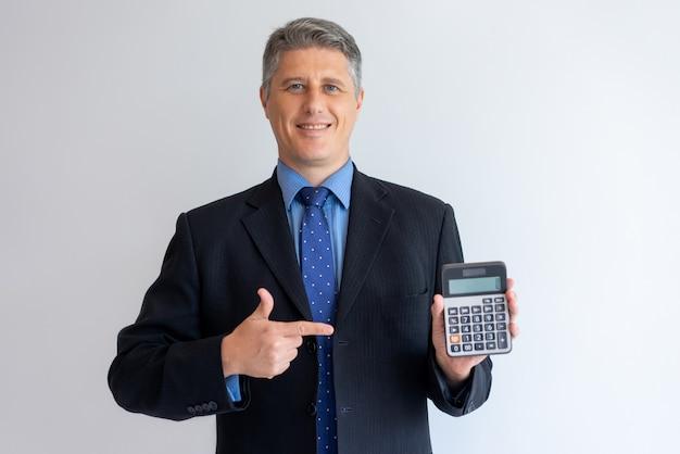 Consulente finanziario fiducioso pronto ad aiutare con la contabilità