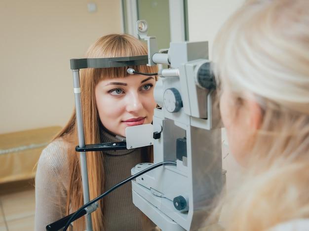 Consultazione con un oculista. visita oculistica in clinica.