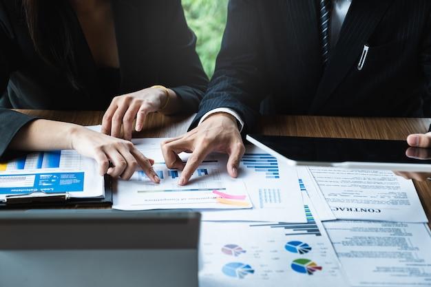 Consultazione del team dei gestori di fondi e discussione sull'analisi del mercato azionario.