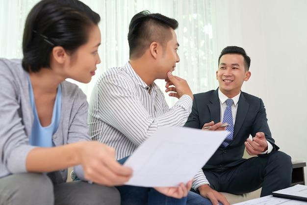 Consultazione dell'agente immobiliare