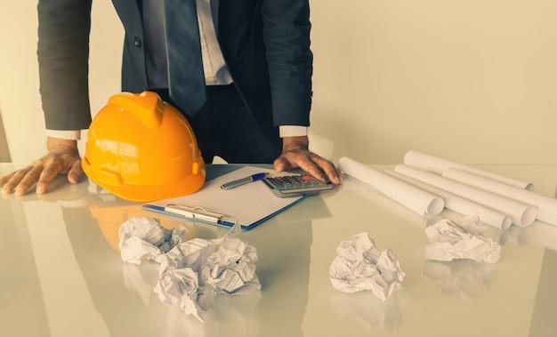 Consultazione di ingegneria asiatica dell'uomo d'affari