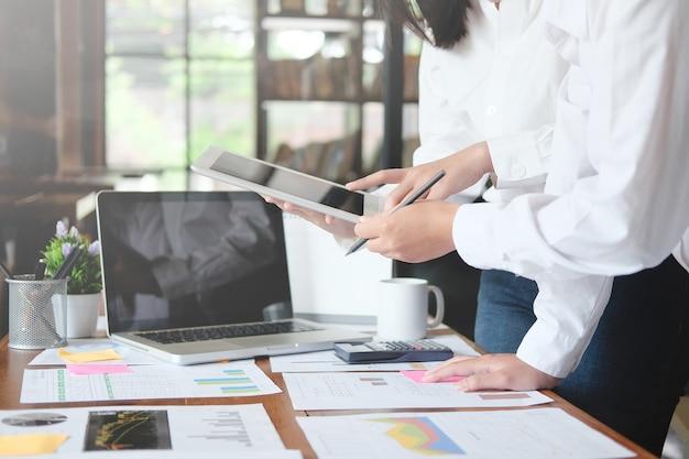 Consultazione di uomini d'affari che parlano e si incontrano con dati finanziari di consulenza.