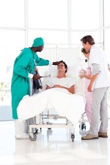 Consultazione medica tra un chirurgo e un paziente