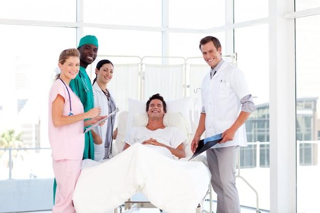 Consultazione tra medici e un paziente