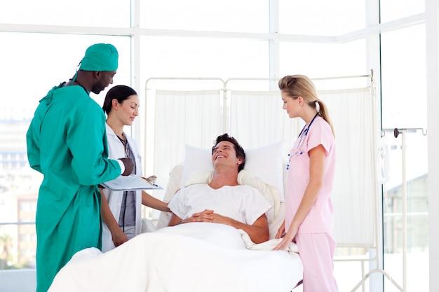 Consultazione tra un chirurgo e un paziente
