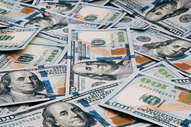 Contanti di cento banconote in dollari, immagine di sfondo del dollaro. un mucchio di cento banconote degli stati uniti.
