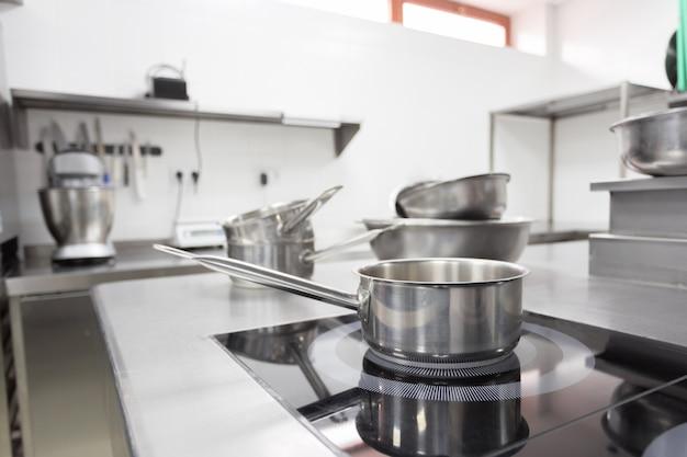 Contatore di stufe in una moderna cucina del ristorante