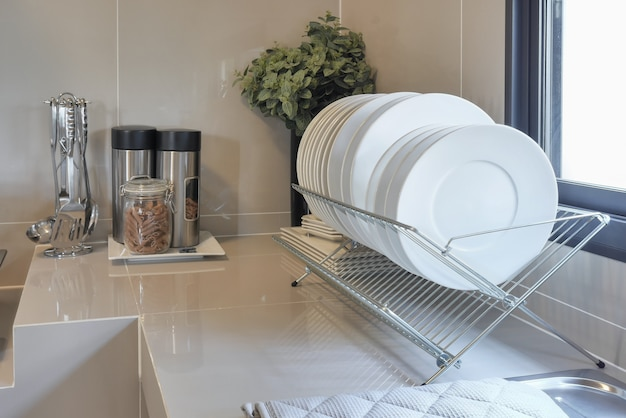 Contatore pulito in cucina con utensili a casa