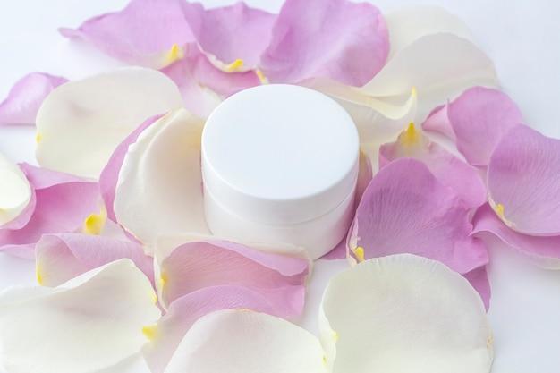 Contenitore cosmetico fatto in casa biologico naturale con petali