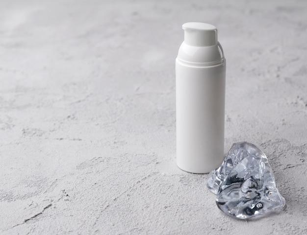 Contenitore cosmetico per bottiglie con ghiaccio. etichetta vuota