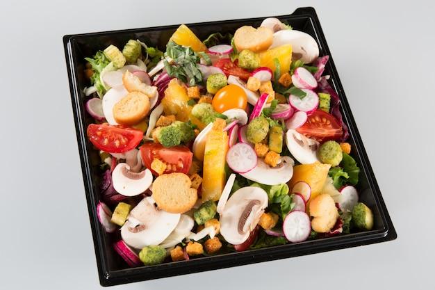 Contenitore da asporto delle insalate su bianco
