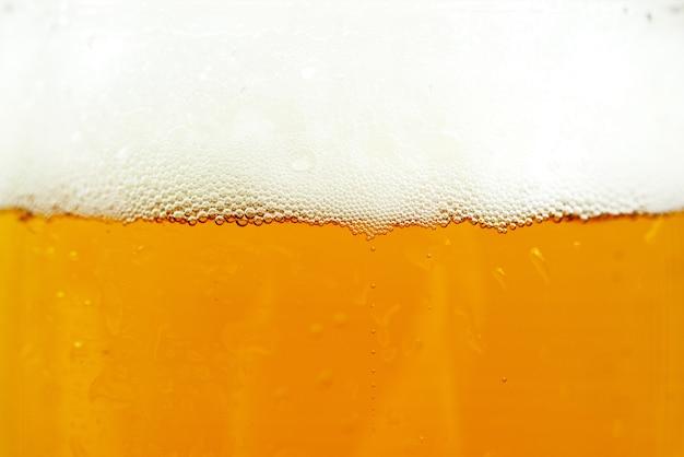 Contenitore di birra e schiuma