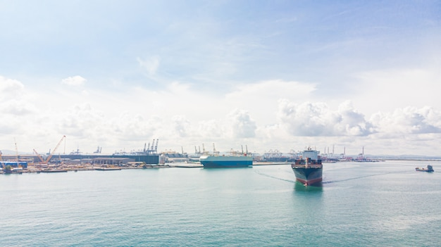 Contenitore di carico nel porto della fabbrica nella zona industriale per l'esportazione di importazione in tutto il mondo