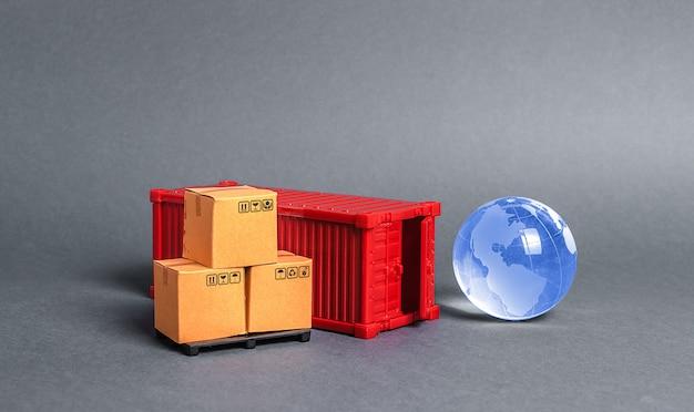 Contenitore di carico rosso con scatole e sfera di vetro blu pianeta terra. affari e industria