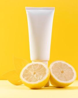 Contenitore di crema con limoni