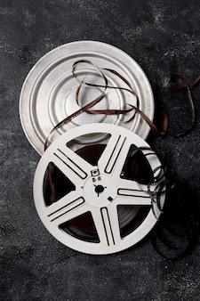 Contenitore di film reel con strisce negative su sfondo scuro