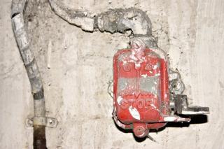Contenitore di interruttore di emergenza, emergenza