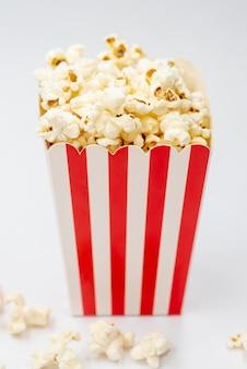 Contenitore di popcorn del primo piano con fondo bianco