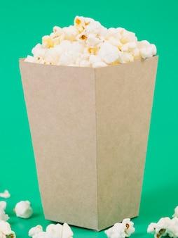 Contenitore di popcorn delizioso primo piano pronto per essere servito