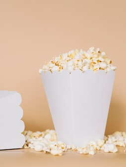 Contenitore di popcorn delizioso primo piano sul tavolo