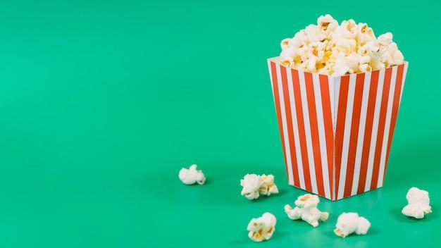Contenitore di popcorn salato primo piano con lo spazio della copia