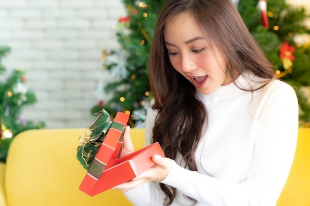 Contenitore di regalo aperto del regalo di natale della bella ragazza