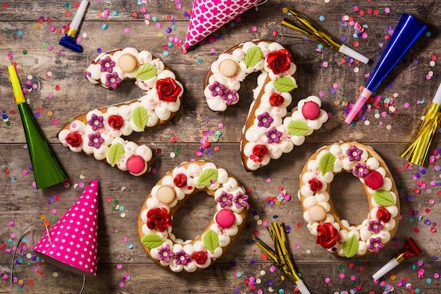 Contenitore di regalo bianco, rose e cioccolato con forma del cuore sulla tavola di legno